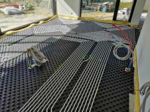 Dit is een lucht water warmtepomp systeem in combinatie met vloerverwarming en een zonneboiler van viessmann